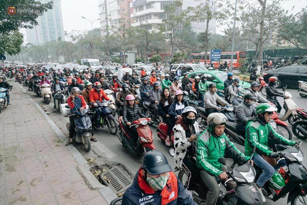 Chùm ảnh: Từ 3h chiều, đường phố Hà Nội ùn tắc không lối thoát ngày giáp Tết-8