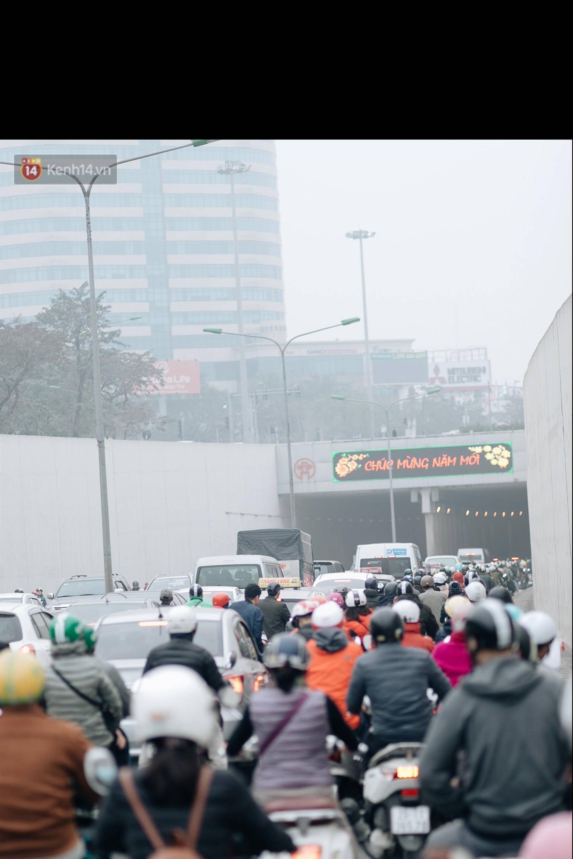 Chùm ảnh: Từ 3h chiều, đường phố Hà Nội ùn tắc không lối thoát ngày giáp Tết-17