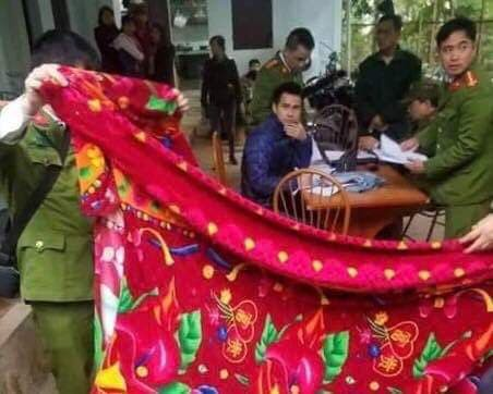 Vụ hai mẹ con hiệu phó tử vong bất thường ở Phú Thọ: Xác định được nghi phạm qua chiếc áo khoác đẫm máu ở hiện trường-2
