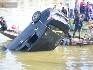Lao ô tô xuống sông, 3 người chết