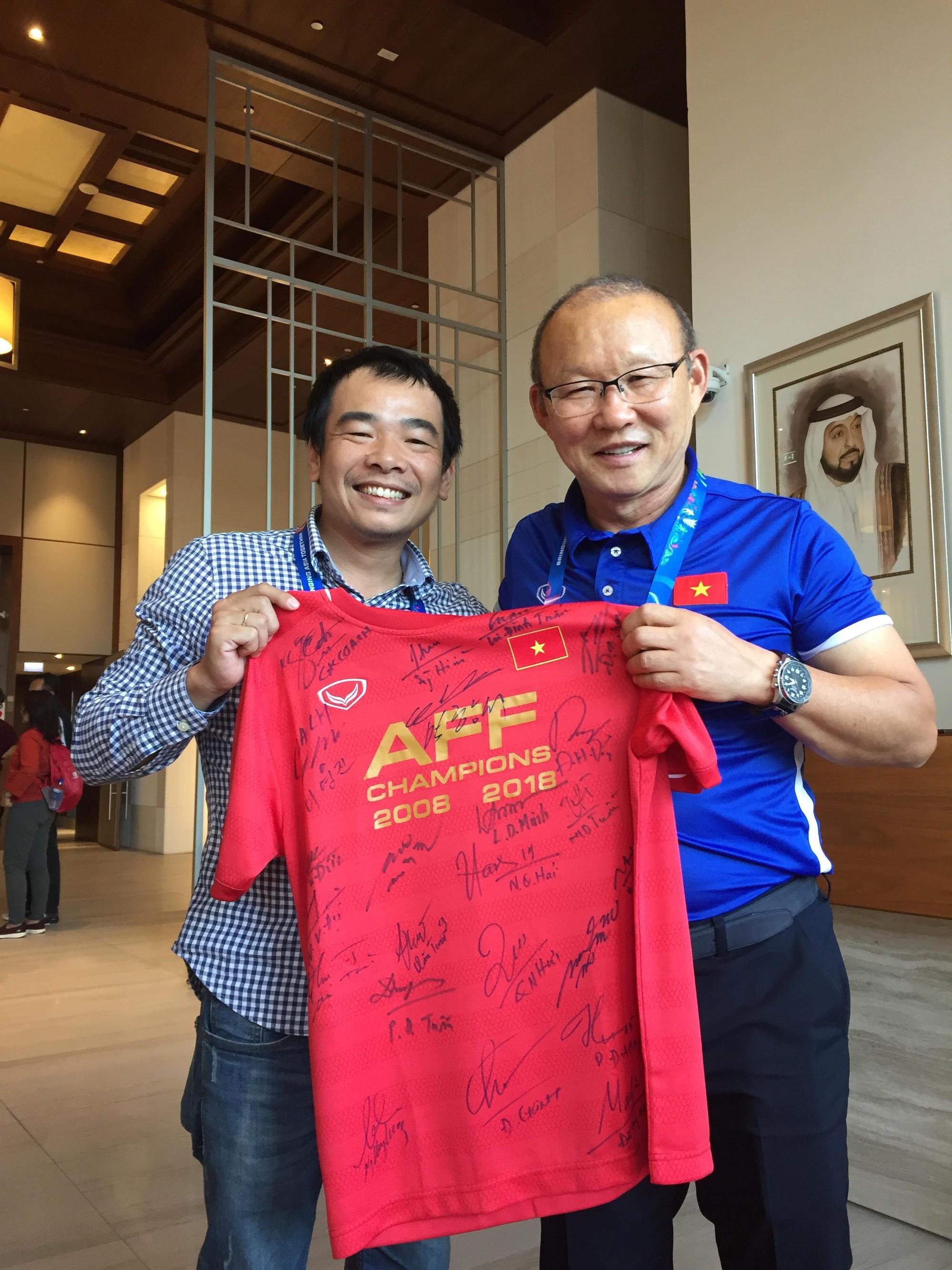 HLV Park Hang Seo và trợ lý đến xem trận thua của Hàn Quốc ở tứ kết Asian Cup 2019-1