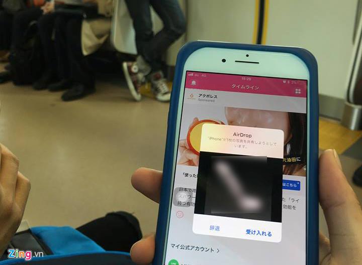 Trò quấy rối tình dục qua iPhone trên tàu điện tại Nhật Bản-1