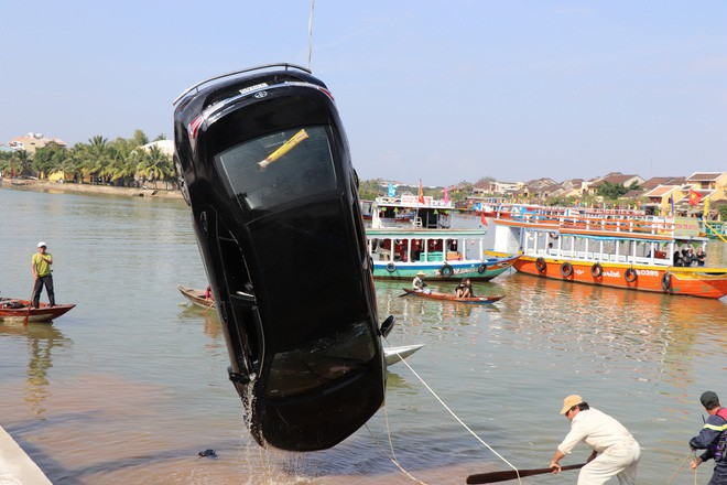 Vụ cả gia đình ở Hà Nội lao ô tô xuống sông, 3 người chết, hàng xóm sốc nặng không tin là sự thật-2