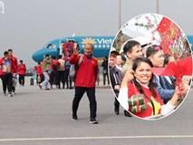 Người hâm mộ mang bánh chưng, hoa đào để tặng thầy Park và chào đón đội tuyển Việt Nam ở sân bay