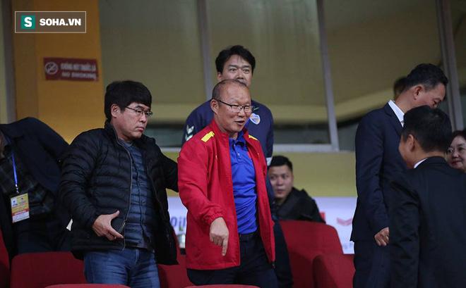 Vừa về tới Hà Nội, HLV Park Hang-seo đã vội vã cùng vợ dự khán xem U22 Việt Nam-1