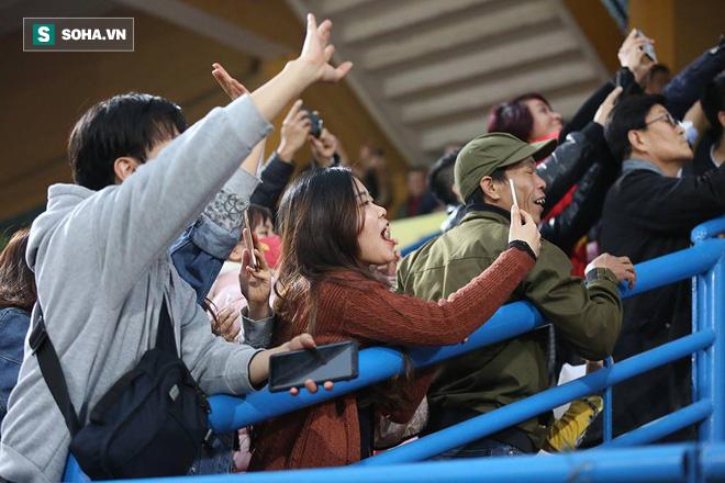 Vừa về tới Hà Nội, HLV Park Hang-seo đã vội vã cùng vợ dự khán xem U22 Việt Nam-3