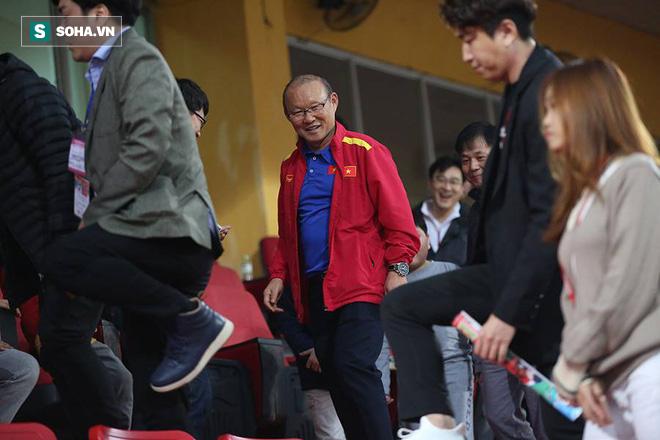 Vừa về tới Hà Nội, HLV Park Hang-seo đã vội vã cùng vợ dự khán xem U22 Việt Nam-6