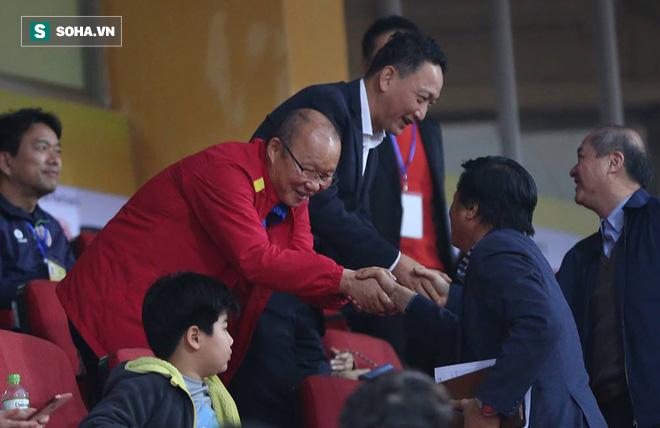 Vừa về tới Hà Nội, HLV Park Hang-seo đã vội vã cùng vợ dự khán xem U22 Việt Nam-7