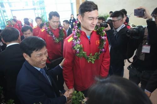 Bất ngờ với lời nói đầu tiên của Đặng Văn Lâm khi vừa về đến Việt Nam-1