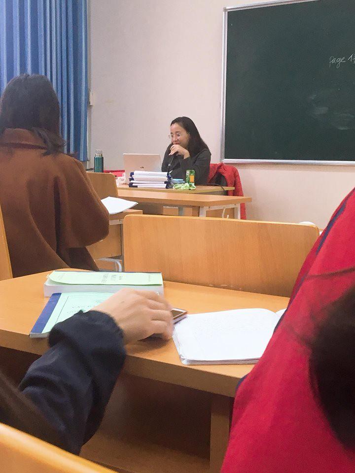 Cô giáo như mẹ hiền: Thấy sinh viên mặt mày ỉu xìu vì đói liền mua hàng loạt bánh bao và bò bía để cứu trợ-3