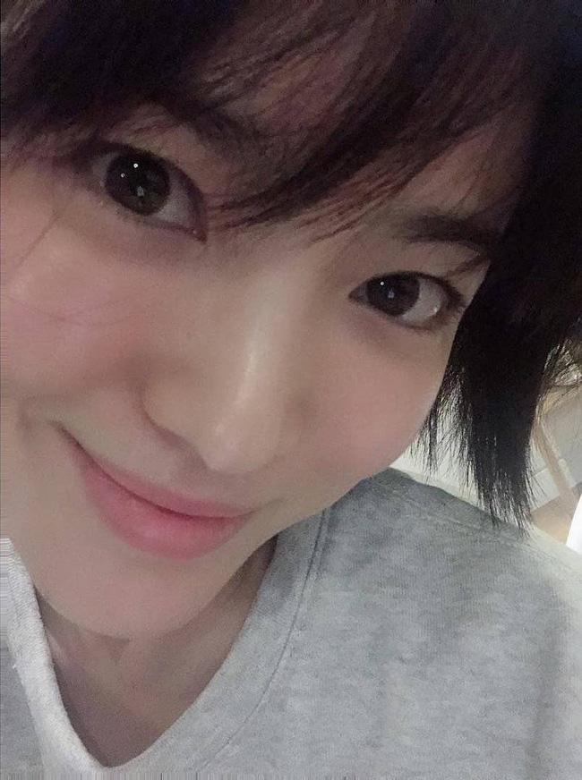 Song Hye Kyo gây choáng với ảnh selfie siêu cận mặt: 38 tuổi mà da bóng mịn không chút nếp nhăn-3