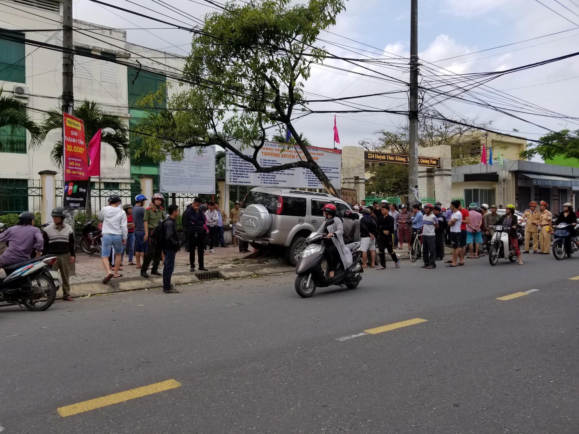 Vụ ô tô điên lao lên vỉa hè tông 2 mẹ con đang đứng chờ xe buýt: Bắt tạm giam tài xế-2