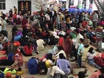 Hàng trăm khách ngủ vật vờ tại ga Sài Gòn vì tàu trật bánh ở Bình Thuận