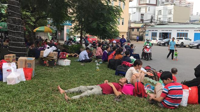 Hàng trăm khách ngủ vật vờ tại ga Sài Gòn vì tàu trật bánh ở Bình Thuận-1
