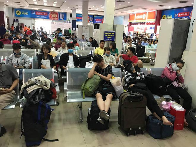 Hàng trăm khách ngủ vật vờ tại ga Sài Gòn vì tàu trật bánh ở Bình Thuận-2