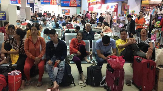 Hàng trăm khách ngủ vật vờ tại ga Sài Gòn vì tàu trật bánh ở Bình Thuận-3
