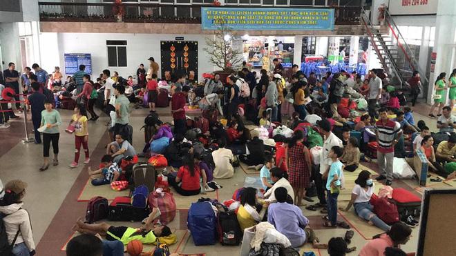 Hàng trăm khách ngủ vật vờ tại ga Sài Gòn vì tàu trật bánh ở Bình Thuận-4