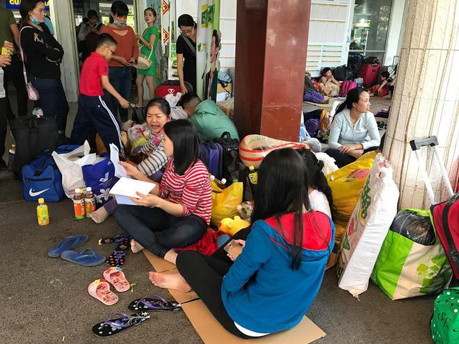 Hàng trăm khách ngủ vật vờ tại ga Sài Gòn vì tàu trật bánh ở Bình Thuận-7
