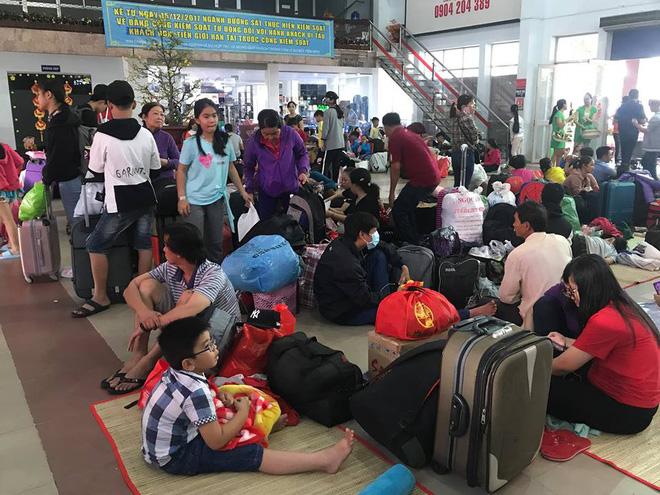 Hàng trăm khách ngủ vật vờ tại ga Sài Gòn vì tàu trật bánh ở Bình Thuận-8