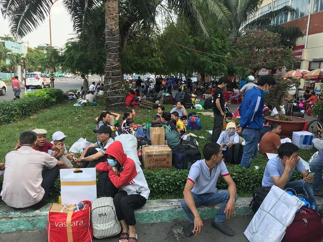 Hàng trăm khách ngủ vật vờ tại ga Sài Gòn vì tàu trật bánh ở Bình Thuận-9
