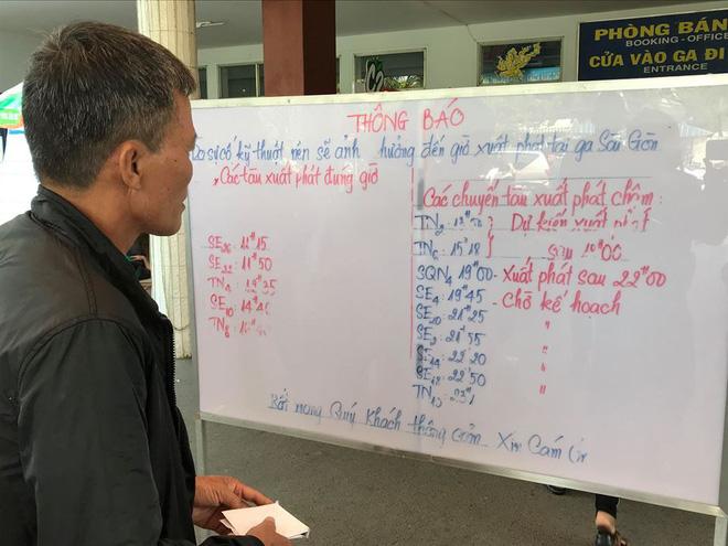 Hàng trăm khách ngủ vật vờ tại ga Sài Gòn vì tàu trật bánh ở Bình Thuận-10