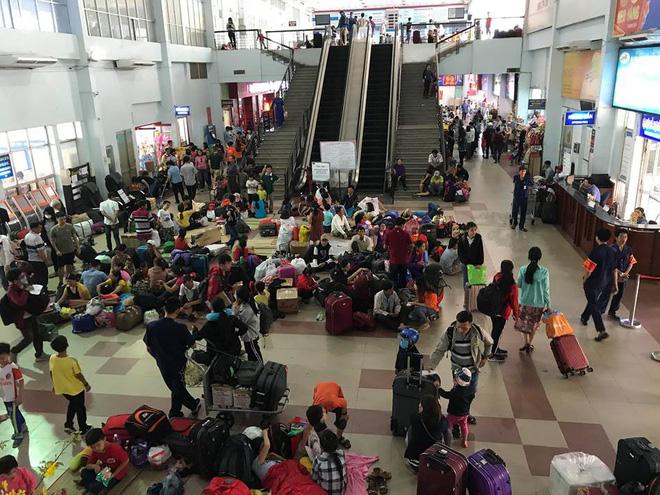 Hàng trăm khách ngủ vật vờ tại ga Sài Gòn vì tàu trật bánh ở Bình Thuận-12