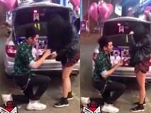 Clip: Bạn trai quỳ gối cầu hôn trên phố với nhẫn kim cương và iPhone XS Max vào đúng sinh nhật, cô gái bối rối che mặt và cái kết viên mãn