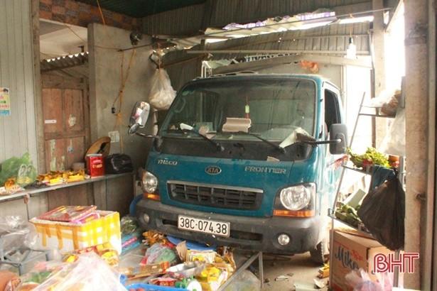 Xe tải lao vào cửa hàng tạp hóa, 2 bà cháu thoát chết trong gang tấc-1