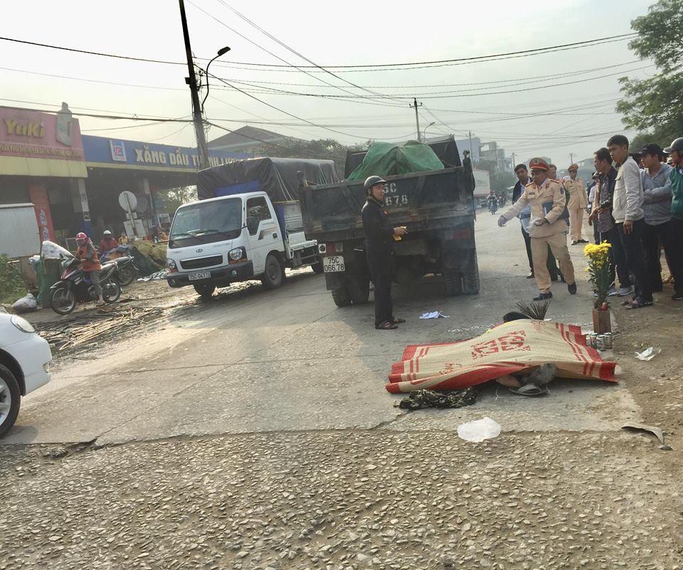 Nằm ngủ bên vệ đường, một người bị xe tải cán tử vong-2