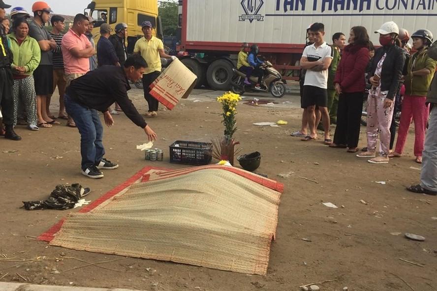 Nằm ngủ bên vệ đường, một người bị xe tải cán tử vong-1