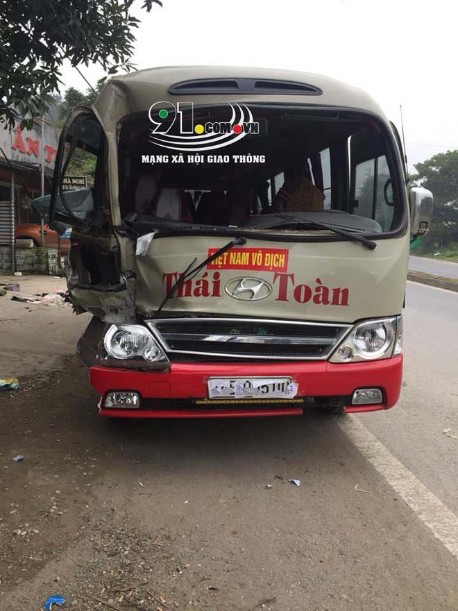Hiện trường vụ tai nạn xe khách lao vào 6 xe máy bên đường khiến nhiều người rùng mình-1