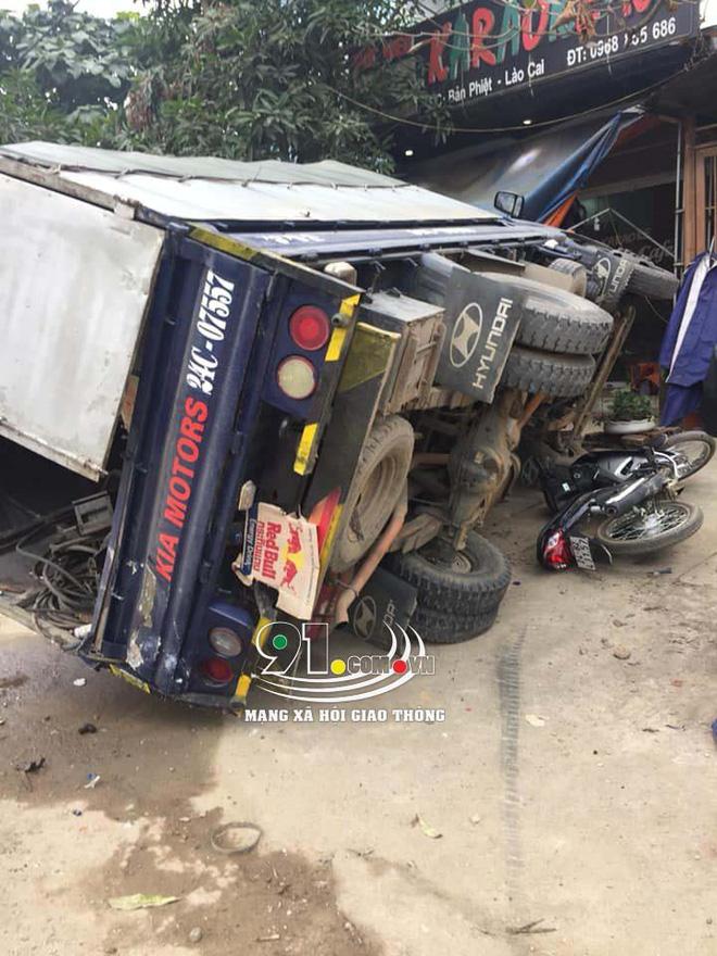 Hiện trường vụ tai nạn xe khách lao vào 6 xe máy bên đường khiến nhiều người rùng mình-2