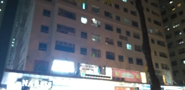 Ngồi uống nước ở sân chung cư HH Linh Đàm, người đàn ông bị gạch đá rơi chảy máu đầu-5