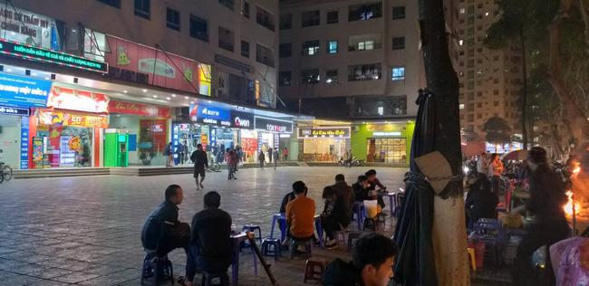 Ngồi uống nước ở sân chung cư HH Linh Đàm, người đàn ông bị gạch đá rơi chảy máu đầu-2
