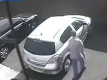 Ăn trộm ô tô, chưa kịp lái đi, thủ phạm tái mặt hoảng sợ trước cuộc chạm trán ngay sau đó