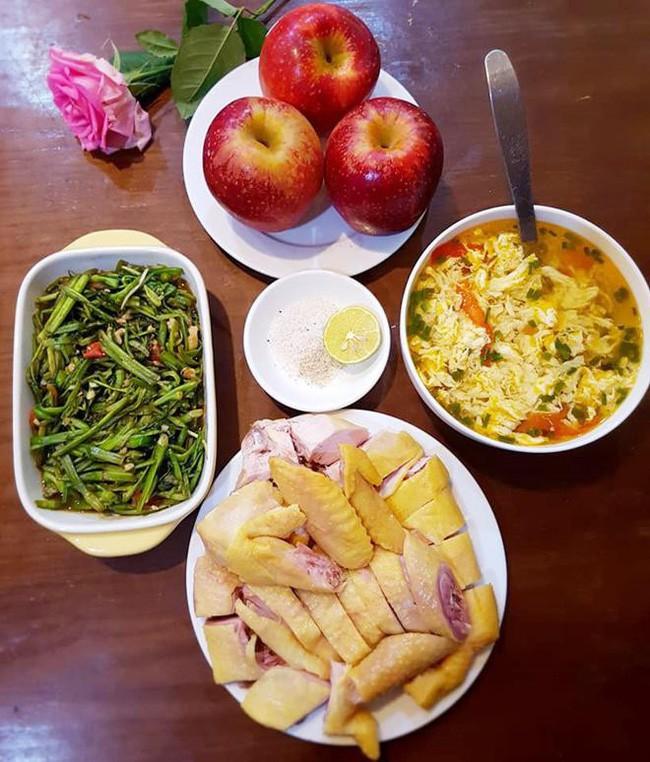 Nấu mâm cơm 3 món mà vẫn bị mẹ chồng chê, nàng dâu mới nhận được loạt góp ý từ chị em-1