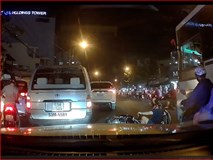 Clip: Người đi xe máy ngã lăn ra đường, suýt chết dưới bánh xe khách