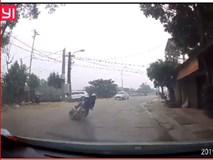 Chó sang đường như tên bắn, thanh niên đi xe máy ngã văng thảm khốc
