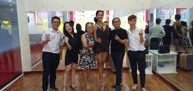 Thầy dạy catwalk từng tố Ngân Anh mua giải: Chúc mừng HHen Niê - Nữ hoàng thực sự của Việt Nam-5