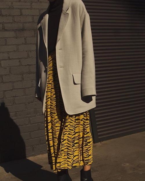 3 mẫu váy chứng minh vàng là màu sắc thời thượng nhất 2019-13
