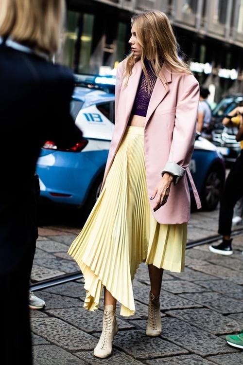 3 mẫu váy chứng minh vàng là màu sắc thời thượng nhất 2019-8