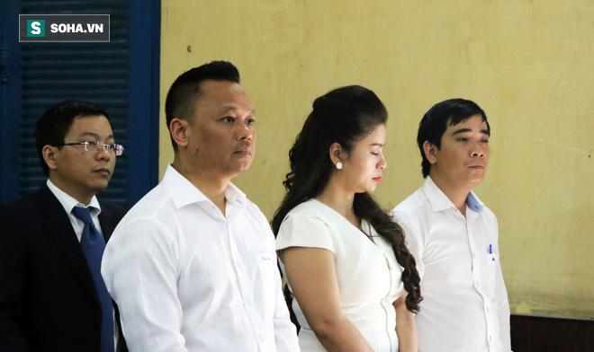 Ông Đặng Lê Nguyên Vũ và vợ không một lần ngoảnh mặt nhìn nhau tại phiên tòa xử ly hôn-3