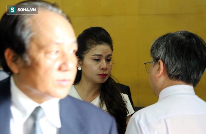 Ông Đặng Lê Nguyên Vũ và vợ không một lần ngoảnh mặt nhìn nhau tại phiên tòa xử ly hôn-12
