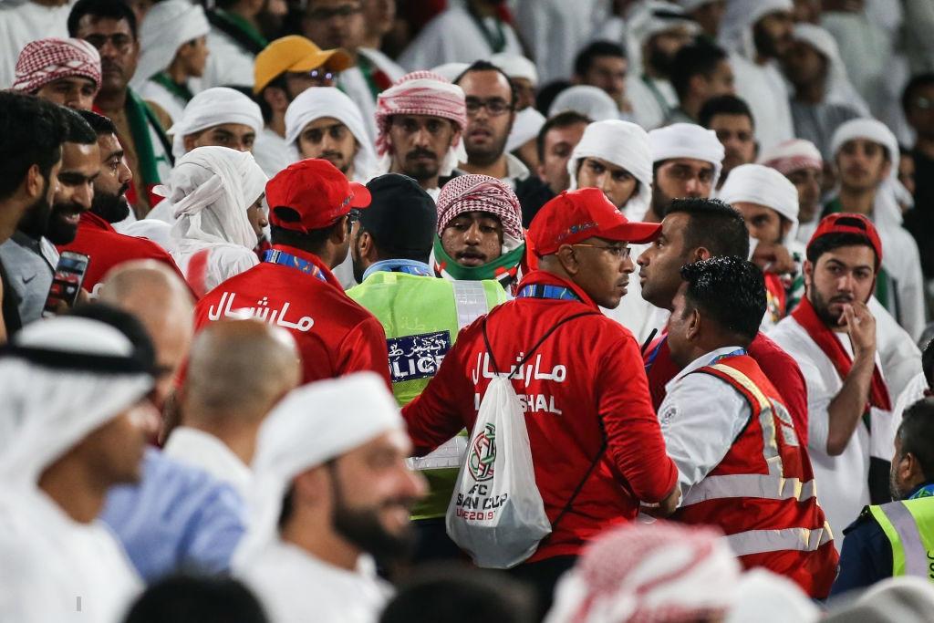 Đội tuyển thua nhục nhã, CĐV nước chủ nhà UAE còn để lại hình ảnh vô cùng xấu xí-4