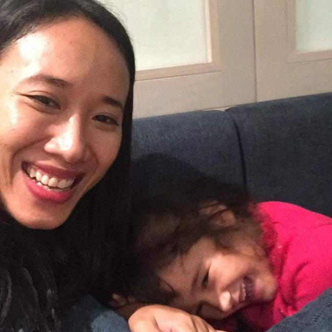 Nước mắt hạnh phúc của người mẹ trẻ khi được trả lại con gái sau 4 năm sang Pháp kiện chồng hờ-1