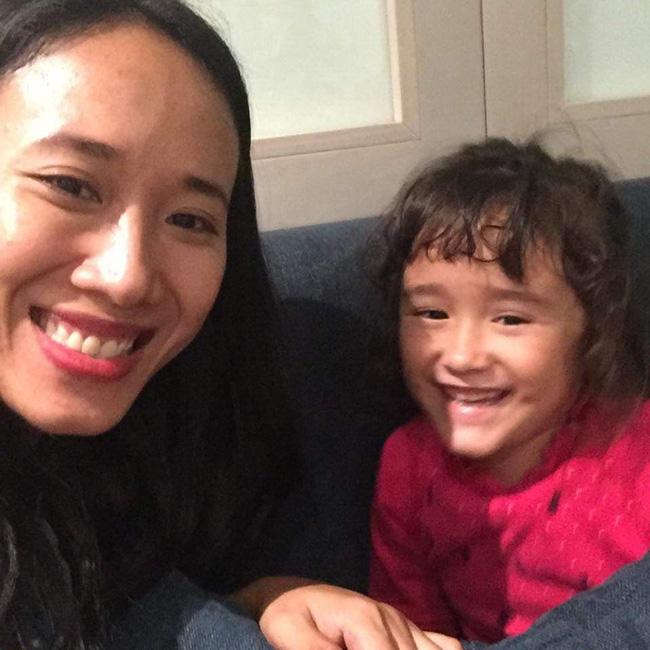 Nước mắt hạnh phúc của người mẹ trẻ khi được trả lại con gái sau 4 năm sang Pháp kiện chồng hờ-4