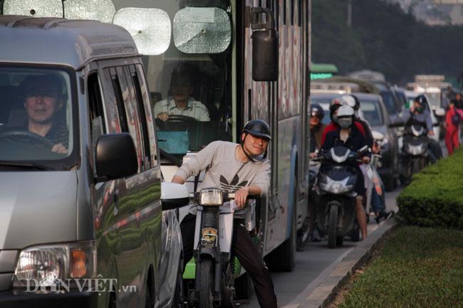 Cận Tết Hà Nội tắc đường: Xe cứu thương bất lực đứng im hú còi-3