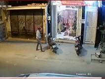 Trộm xe máy ngay trước cửa mà không làm gì được