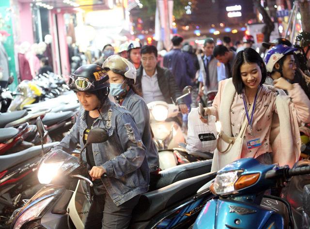 Khỏa thân thử đồ, chen nhau mua sắm tại thiên đường thời trang phố Chùa Bộc-1