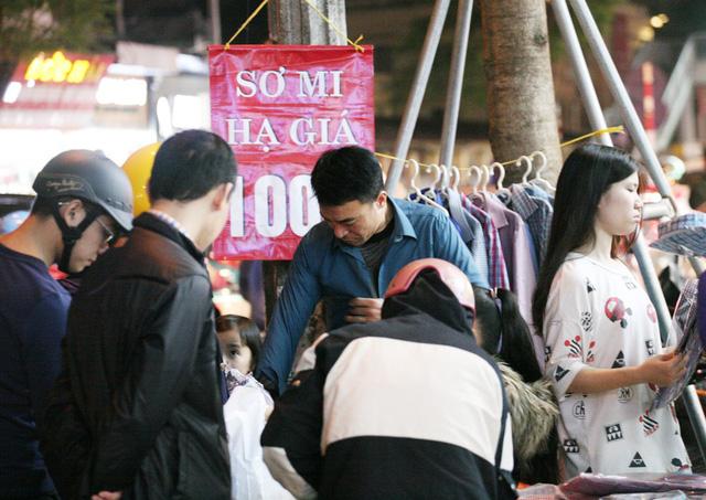 Khỏa thân thử đồ, chen nhau mua sắm tại thiên đường thời trang phố Chùa Bộc-10